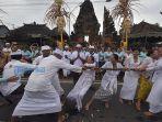 warga-desa-adat-semate-saat-melaksanakan-tradisi-mbed-mbed-mbedan.jpg