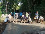 warga-desa-pesinggahan-melakukan-perbaikan-jalan-menuju-kawasan-bukit-tengah.jpg