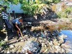 warga-di-desa-kusamba-ni-wayan-wulandari-saat-bersih-bersih.jpg