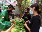 warga-mendapatkan-sayur-gratis-usai-mengikuti-vaksinasi-di-kantor-grab-jalan-gatsu-barat-denpasar.jpg
