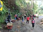 warga-mengevakuasi-material-longsor-di-dusun-wangsean-desa-wisma-kerta-kecamatan.jpg