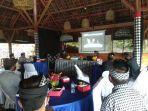 warga-menghadiri-acara-virtual-terkait-pemberian-muri-ke-desa-adat-dukuh-penaban.jpg