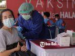 warga-mengikuti-vaksinasi-di-kawasan-parkir-timur-renon-denpasar.jpg