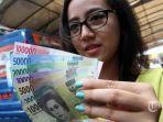 warga-menunjukkan-uang-kertas-rupiah-baru-tahun-emisi-2016.jpg