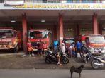 warga-menyambangi-kantor-pemadam-kebakaran-klungkung-untuk-mencari-air-bersih-selasa-610.jpg