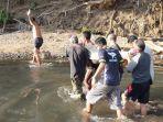 warga-saat-mengevakuasi-jenazah-wayan-mara-yang-ditemukan-tewas-tenggelam-di-sungai-saba.jpg