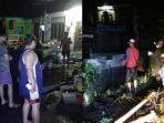 warga-saat-mengevakuasi-peralatan-dapur-yang-terbawa-banjir.jpg