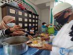 warga-saat-menikmati-makanan-gratis-yang-disajikan-oleh-pengurus-masjid-agung-jami-singaraja.jpg