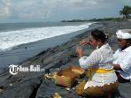 warga-tengah-bersembahyang-di-pantai-purnama-kecamatan-sukawati-gianyar-bali.jpg