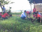 wayan-kujus-pawitra-bersama-masyarakat-menanam-pohon-di-pesisir-pantai.jpg