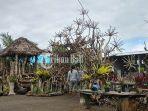 wayan-sumarta-menunjukkan-hasil-karyanya-dari-sampah-kayu-di-banjar-dangin-jalan.jpg
