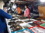 wisatawan-saat-memilih-ikan-ikan-segar-di-pasar-ikan-kedonganan.jpg