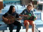wna-rusia-mikhail-bondarek-29-berkolaborasi-dengan-musisi-tradisi-lombok-nurkholis-sumardi.jpg