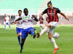 zlatan-ibrahimovic-berebut-bola-dengan-bek-sampdoria.jpg