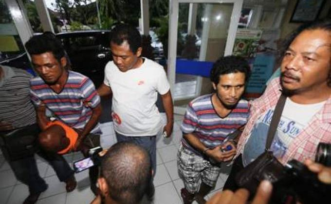 Marthen Sembunyi di Dalam Lemari, Dua Pembunuh Robert