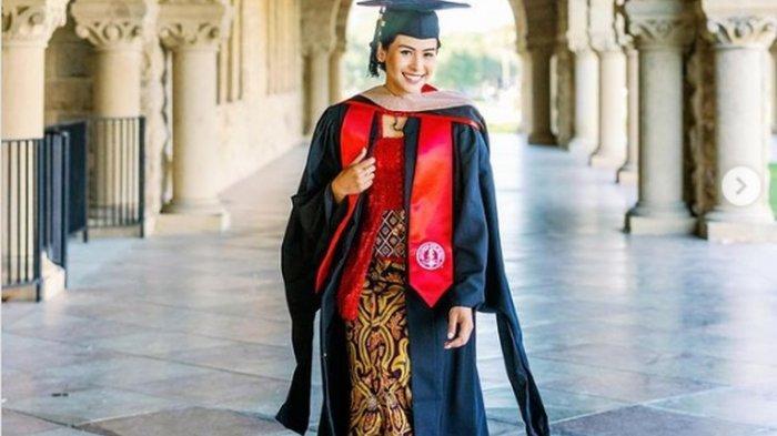 Maudy Ayunda mengenakan seragam wisuda setelah lulus dari Stanford University, Amerika Serikat