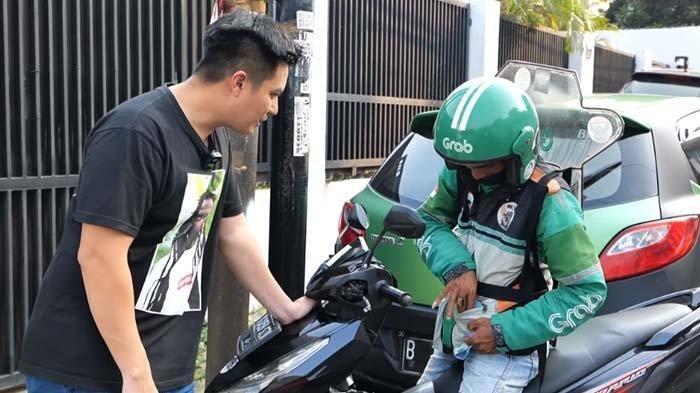 Baim Wong Tes Kejujuran Driver Ojol Ini, Azis Sampai Menangis Dikasih Uang Segepok oleh Suami Paula