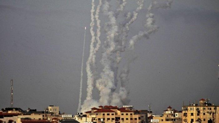 Puluhan roket ditembakkan dari Jalur Gaza ke kawasan Israel pada Senin (10/5/2021).