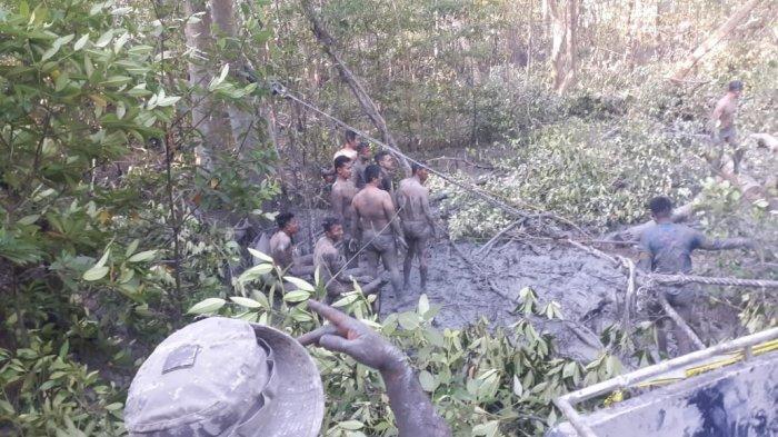 Polisi Bergumul di Kubangan Lumpur, Evakuasi Kapal Hantu yang Terjebak di Hutan Bakau