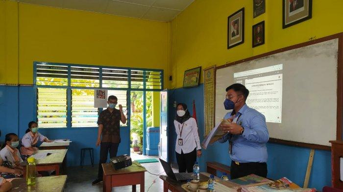 Jaksa fungsional Kejari Bangka Barat, Ferry Marleana Kurniawan saat mengisi materi pada Class meeting kelas menulis di SD Santa Maria, Mentok, Bangka Barat