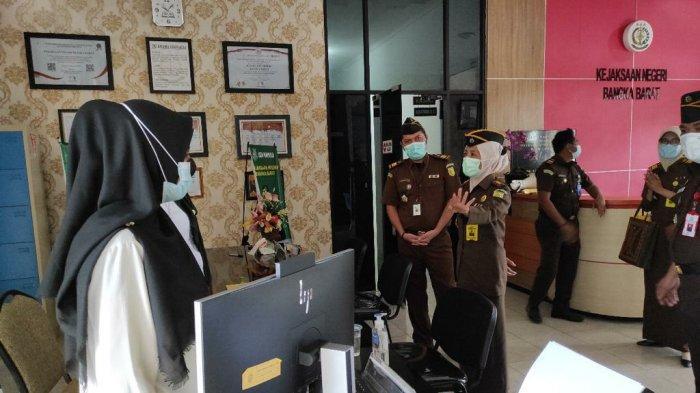 Kegiatan monitoring dan evaluasi Kejati Kep. Bangka Belitung pada Kejaksaan Negeri Bangka Barat yang dipimpin oleh Asisten Pembinaan Kejaksaan Tinggi,  Nina Kartini, SH.,MH beserta Kasubag Perencanaan, Kasubag Keuangan serta staf dan jajaran