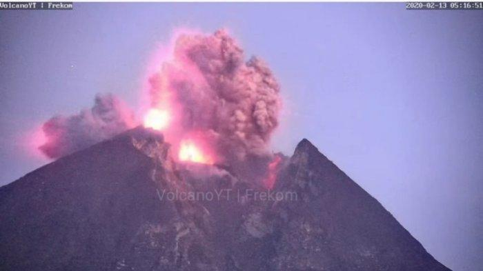 Video Semburan Disertai Kilat Petir di Puncak Gunung Merapi