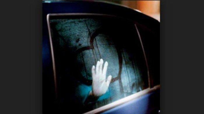 Warga Pergoki Mobil Berstiker Fakultas Kedokteran Bergoyang, Saat Diintip Ada Sejoli Lakukan Ini