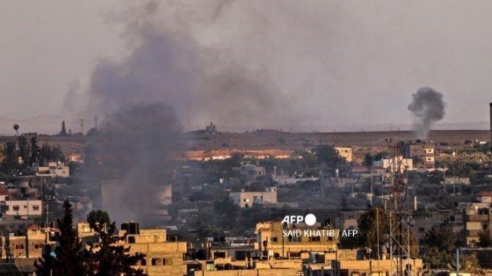 Asap mengepul setelah serangan udara Israel di Rafah, di Jalur Gaza selatan, pada 17 Mei 2021.