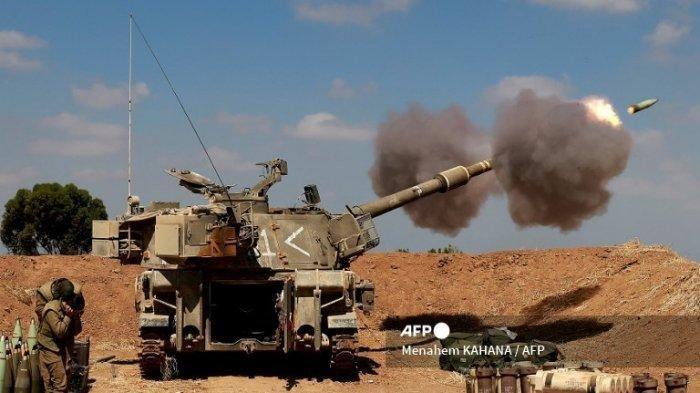 FILE - Tentara Israel menembakkan howitzer self-propelled 155mm ke <a href='https://manado.tribunnews.com/tag/jalur-gaza' title='JalurGaza'>JalurGaza</a> dari posisi mereka di dekat kota selatan Israel Sderot pada 13 Mei 2021. Israel menghadapi konflik yang meningkat di dua front, berjuang untuk memadamkan kerusuhan antara orang Arab dan Yahudi di jalan-jalannya sendiri setelah berhari-hari baku tembak dengan militan Palestina di Gaza. (Menahem KAHANA / AFP)