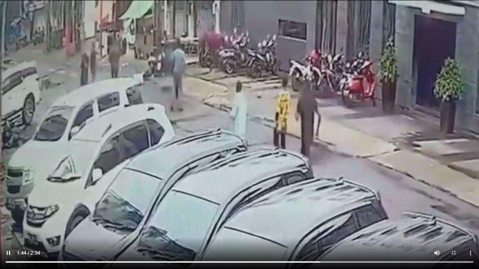 Detik-detik Video berdurasi 2.34 menit Pengeroyokan Anggota Kopassus & Brimob, Korban Tersungkur