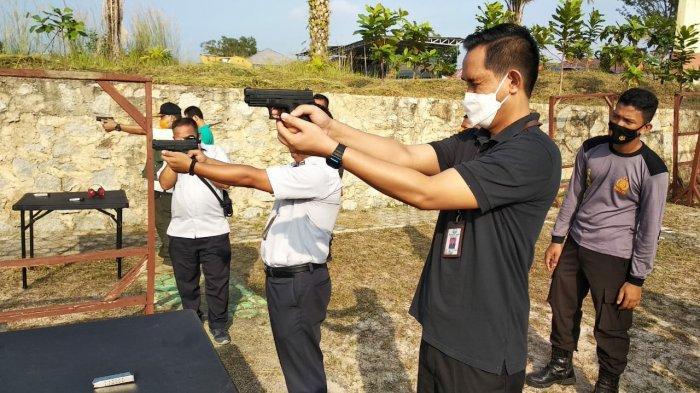 Personel Kejari Bangka Barat Ikuti Latihan Menembak