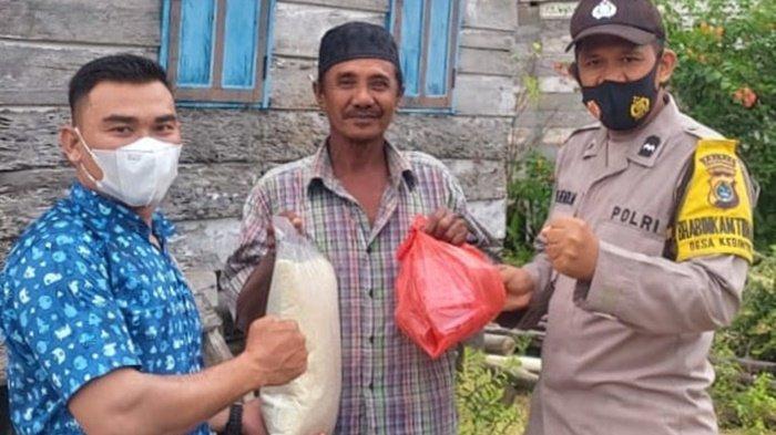 Bhabinkamtibmas Desa Kebintik Datangi Rumah Warga, Berikan Paket Sembako bagi Terdampak Covid-19