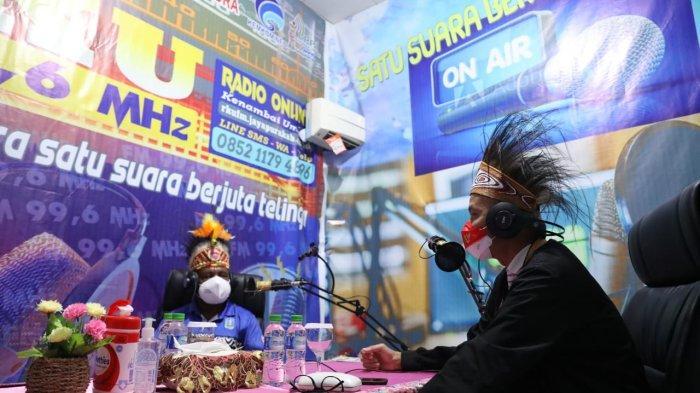 Gubernur Jawa Tengah, Ganjar  dan Bupati Jayapura, Mathius Awoitauw siaran bersama Ines di studio radio Kenambai Umbai Kabupaten Jayapura .