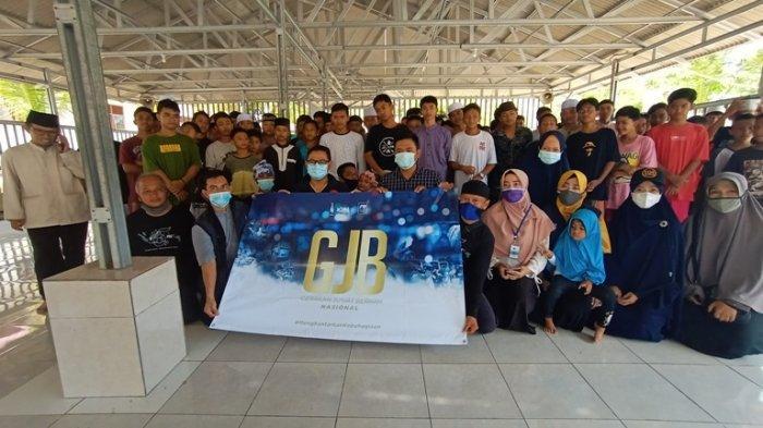 Yayasan Abulyatama Bagikan 405 Nasi Kotak Kepada Santri Al Muhajirin Simpang Perlang
