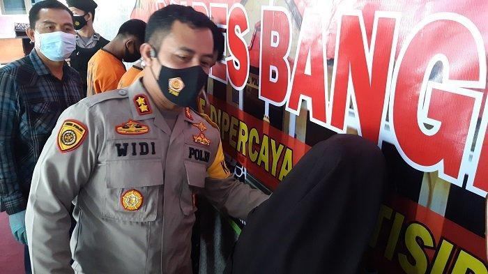 Kapolres Bangka AKBP Widi Haryawan saat menanyai tersangka narkoba pasangan suami istri di Polres Bangka, Selasa (16/2/2021).