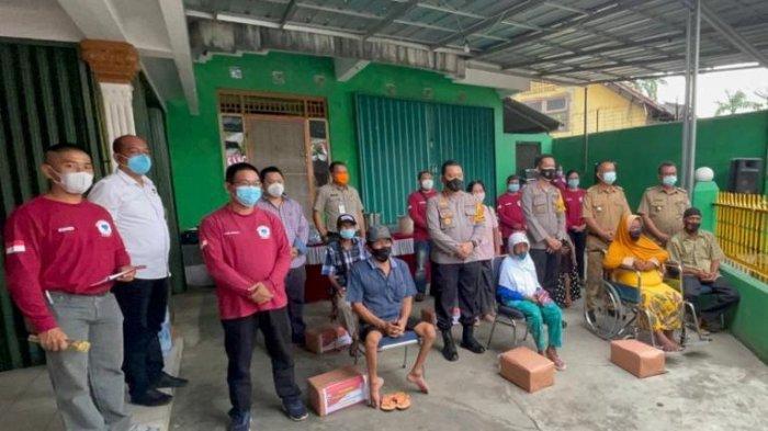 Foto bersama GPS Babel, Polda Babel, BPBD Babel dan pihak terkait dalam penyerahan bantuan sembako kepada masyarakat kurang mampu di Kota Pangkalpinang pada Selasa (23/2/2021)