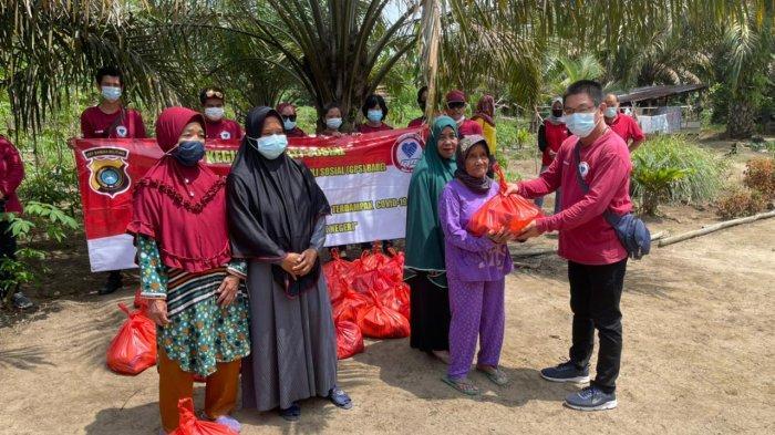 Gerakan Peduli Sosial Babel kembali melanjutkan pembagian 75 paket sembako kepada masyarakat Penyampak dan Tempilang Kabupaten Bangka Barat, Minggu (28/2/2021).