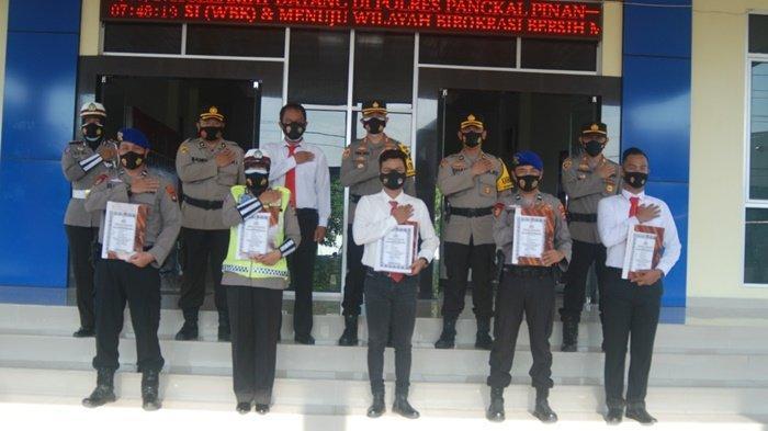 Kapolres Pangkalpinang AKBP Tris Lesmana Zeviansyah, berikan penghargaan kelima personel yang berprestasi, Senin (1/3/2021)