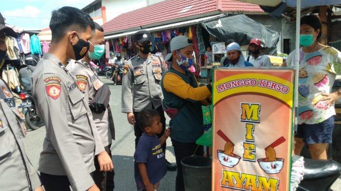 Anggota Sat Shabara Polres Bangka saat menemukan Anak dibawah umur tanpa orangtua dikawasan Pasar Kite Sungailiat Kabupaten Bangka Selasa (2/3/2021)