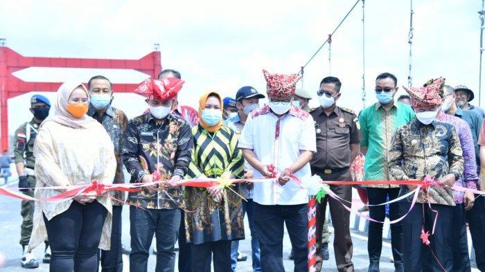 Bupati Bangka Mulkan mengucapkan selamat kepada Walikota Pangkalpinang Maulan Aklil alias Molen saat peresmian Jembatan Jerambeh Gantung Kota Pangkalpinang,  Kamis (04/03/2021).   IST/Pemkab Bangka