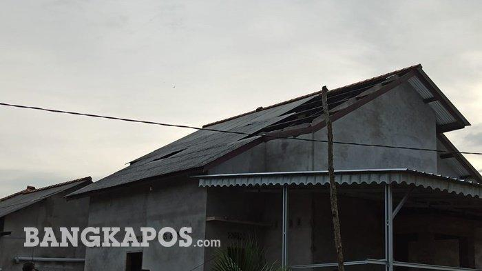 Atap rumah warga di Kelurahan Teladan yang rusak akibat dihantam oleh Angin Puting Beliung pada Jumat, (5/3/2021)