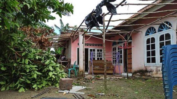 Puting Beliung Terjang 30 Rumah di Toboali, Barang Jualan Warung Terbang Tersangkut di Tower