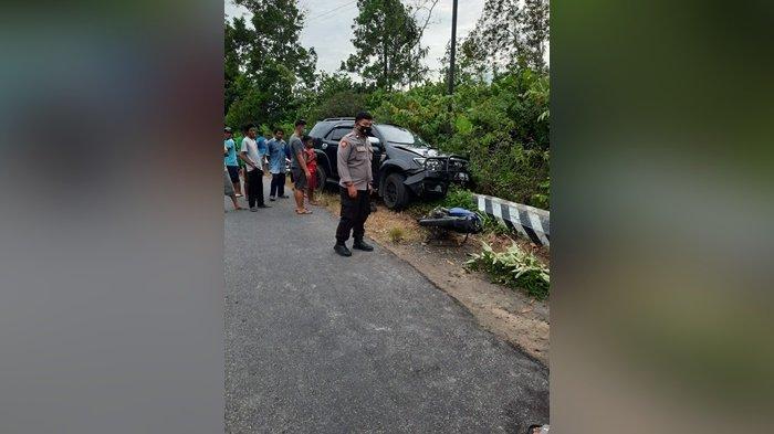 Ngebut di Tikungan, Pengendara Motor Tewas Tabrak Mobil Toyota Fortuner di Jalan Desa Air Gantang