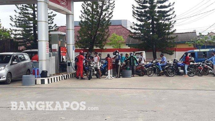 Suasana Pelanggan di SPBU Jalan Ahamd Yani dalam Dekat Pasar Pagi, Kota Pangkalpinang, Selasa (9/3/2021