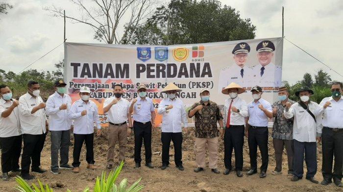 Gubernur Bangka Belitung, Bupati dan Wakil Bupati Bangka Tengah, Kepala Bank Indonesia, bersama staf lainnya foto bersama usai melakukan penanaman perdana peremajaan kelapa sawit perkebun (PKSP) dan penamanan tanaman selah jagung di Desa Puput, Bangka Tengah (10/3/2021).