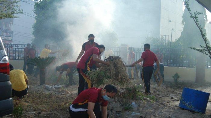 Jajaran Polres Pangkalpinang Bersihkan Lingkungan Mako, Lingkungan Bersih Nyaman untuk Bekerja