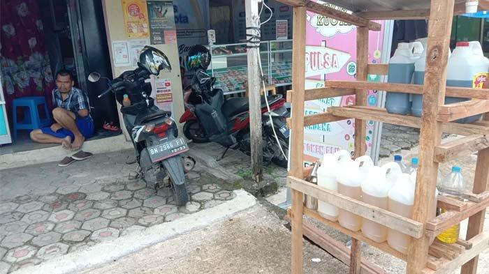 Marbun, penjual Premium dan Pertalite di Jl Raya Gabek depan Kuburan Gabek Kota Pangkalpinang, Selasa (16/3/2021).