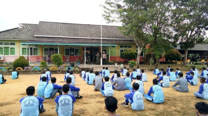 Sat Lantas Polres Bangka Barat menggelar sosialisasi tertib lalu lintas dengan menyasar beberapa sekolah di wilayah Kabupaten Bangka Barat, Jum'at (19/03/2021).