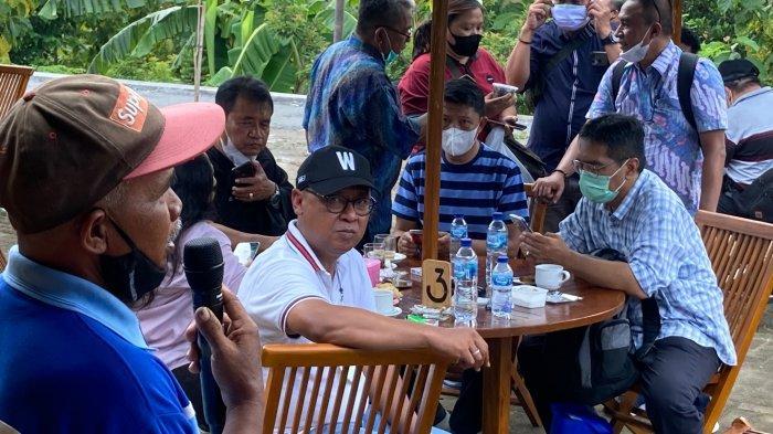 FOKUS - Dirut PT KBI, Fajar Wibhiyadi saat dengan serius menyimak testimoni dari Tugimin, petani Selopamioro yang mengaku memperoleh banyak manfaat atas program CSV PT KBI di Selopamioro