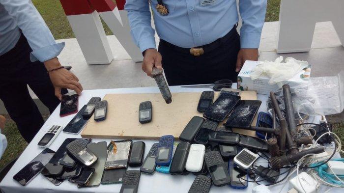 Puluhan handphone yang disita dari Warga Binaan Permasyarakatan (WBP) di Lapas Narkotika Kelas IIA Pangkalpinang dimusnahkan, Selasa (23/3/2021)